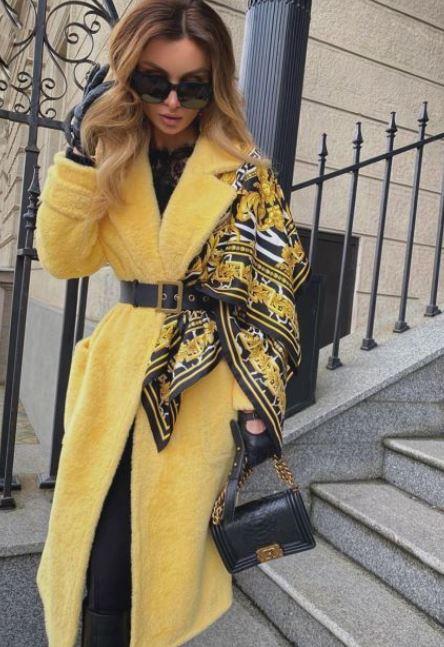 Поверх пальто на одне плече можна накинути не тільки палантин або вовняну хустку, а й більш тонкий шовковий аксесуар
