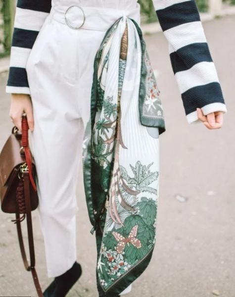 Хустку або тонкий шарф можна просто протягнути в петлю пояса