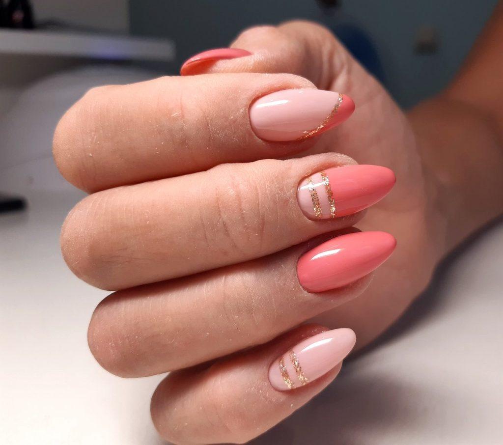 коралово-рожевий манікюр з золотом