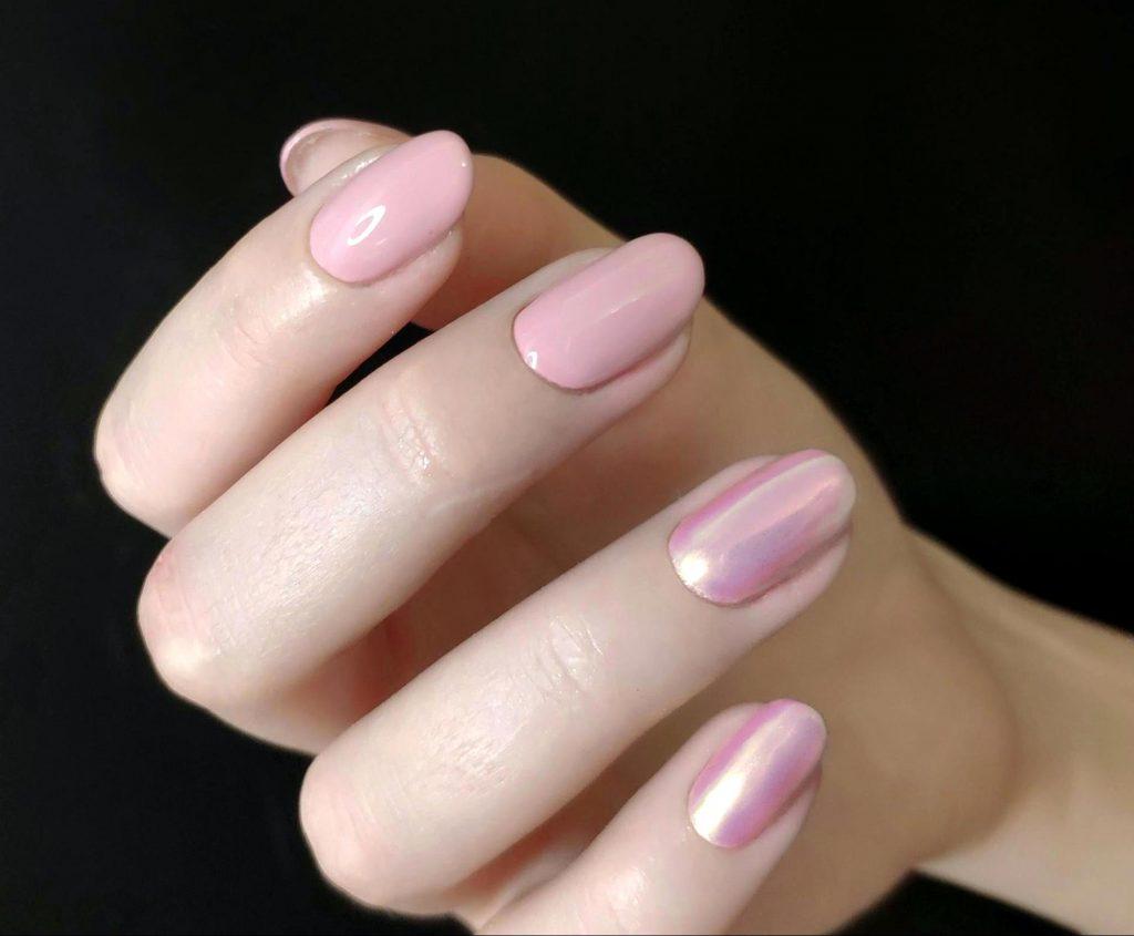 рожевий перламутровий манікюр