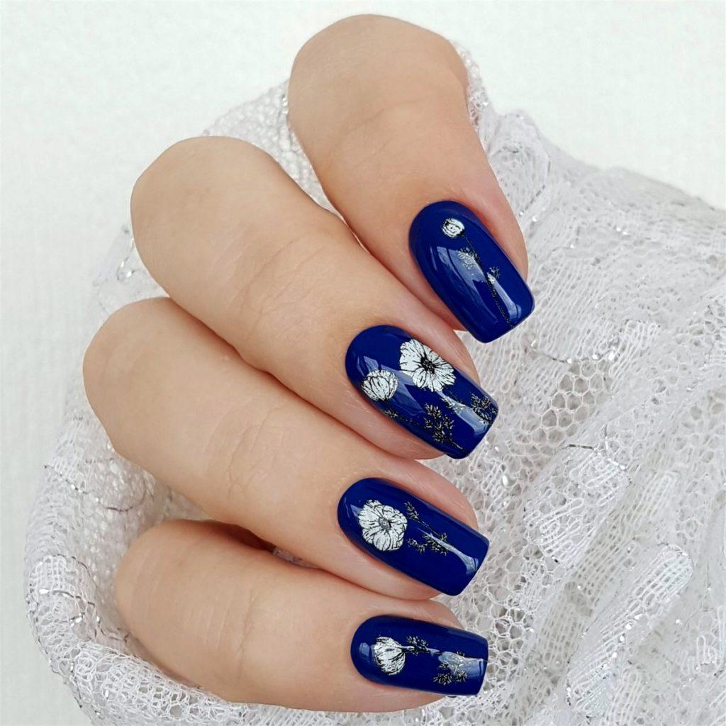 синій манікюр з квітами
