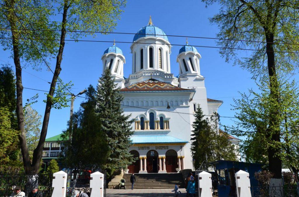 Собор Миколи Чудотворця в Чернівцях унікальний архітектурною формою у стилі неоромінеск і крученими колонами