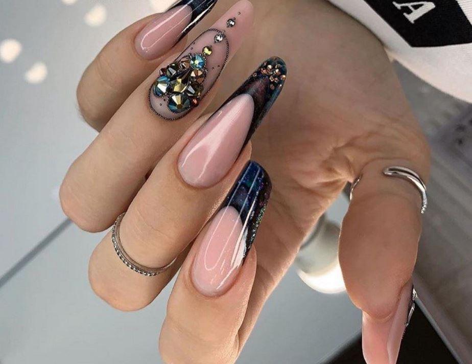 Прикрашання нігтів стразами