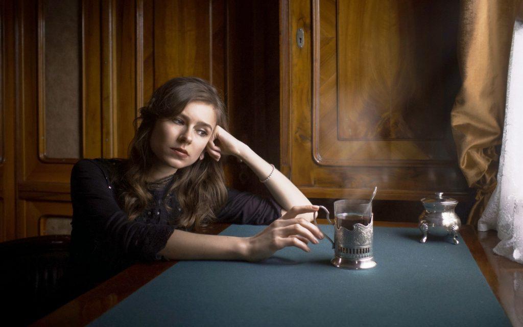 дівчина з чаєм