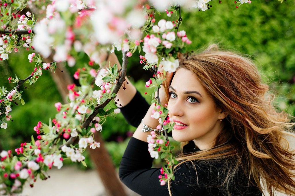 дівчина посеред цвітіння