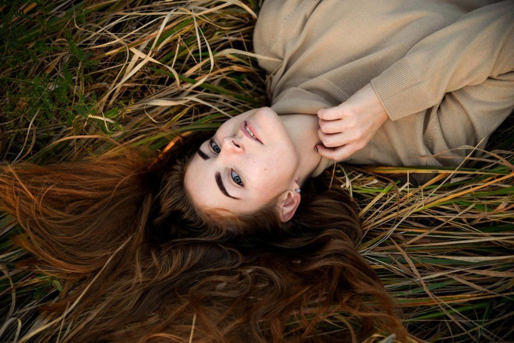 дівчина лежить на траві