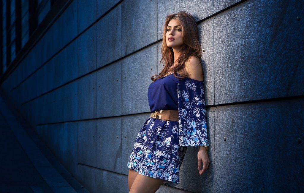 дівчина стоїть біля стіни