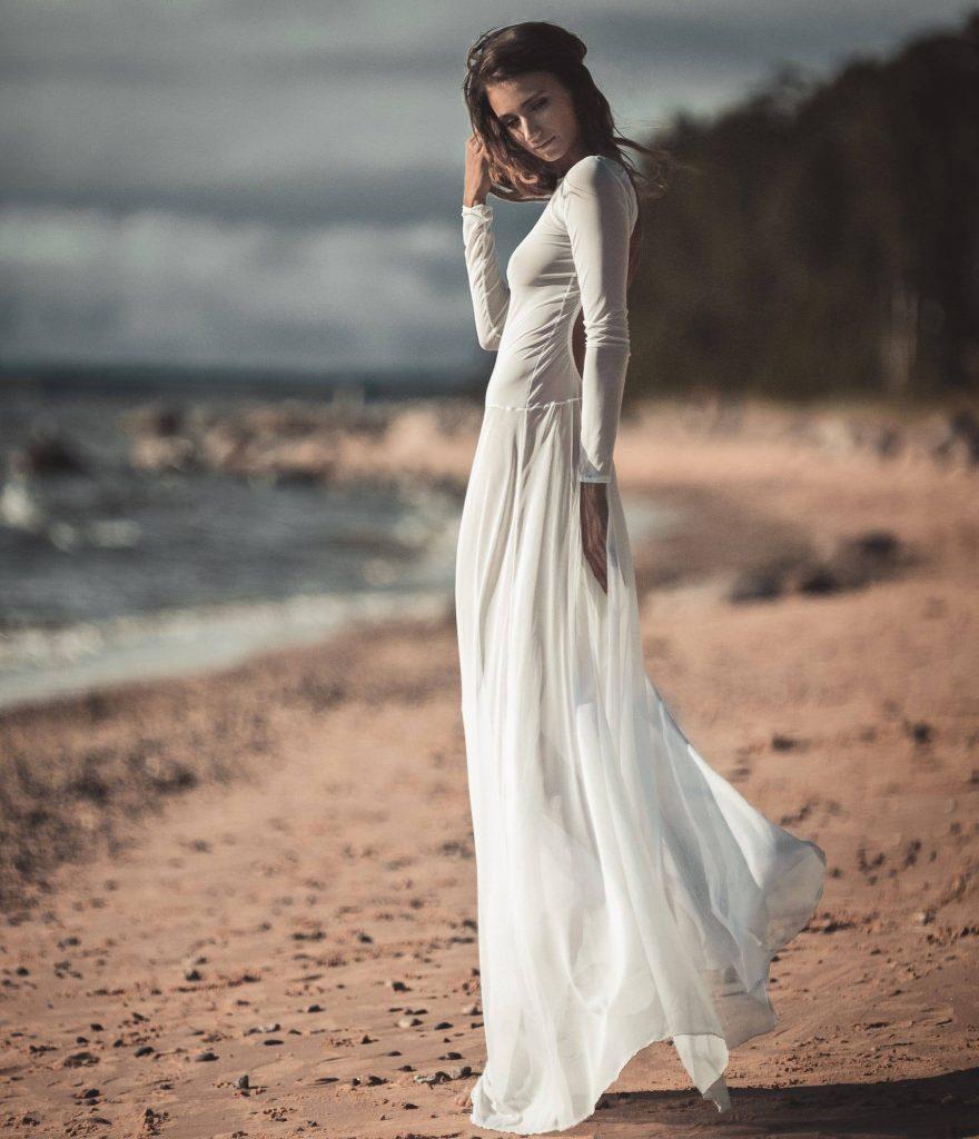 дівина біля моря в білому