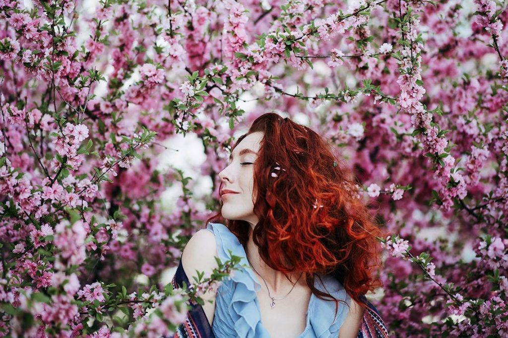 дівчина у квітах
