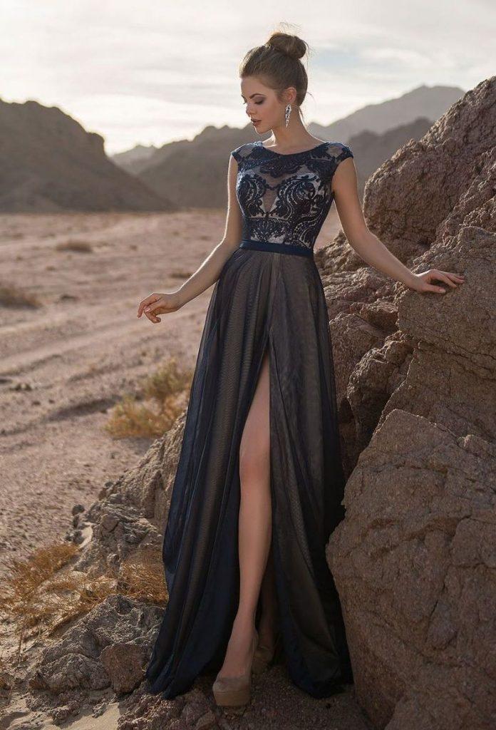 дівчина у довгій сукні