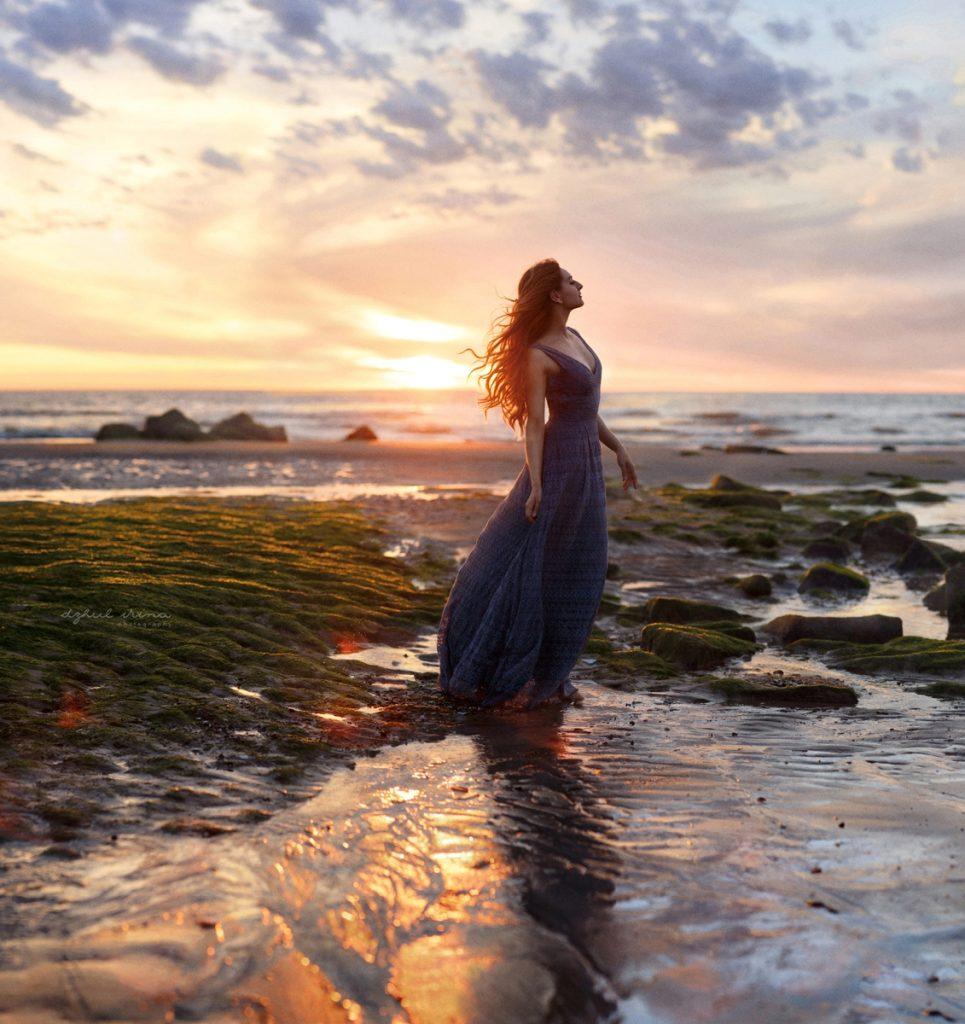 дівчина на березі моря