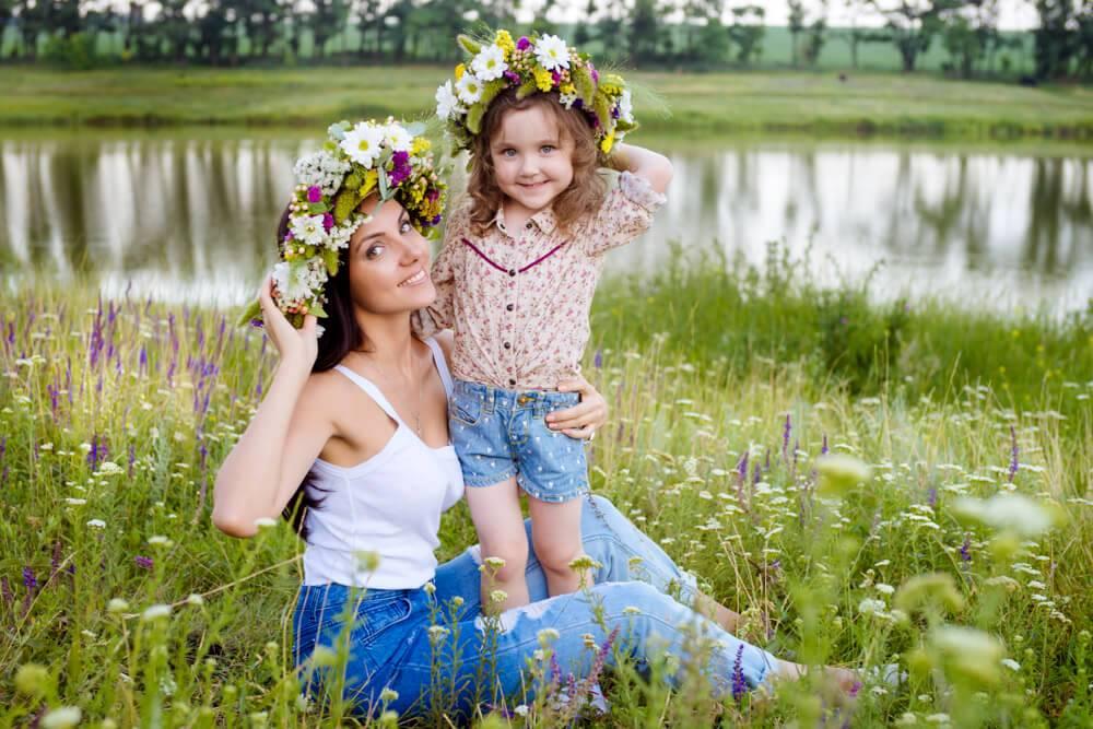 мати з донькою в вінках