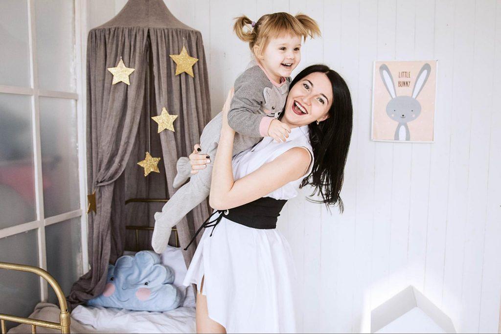 мати з донькою фотографуються