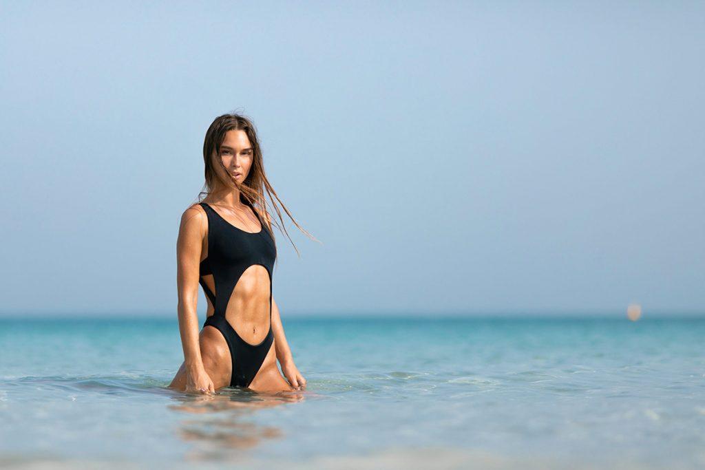 Красиве тіло створене для фотосесії в купальнику, нижній білизні, стилі ню