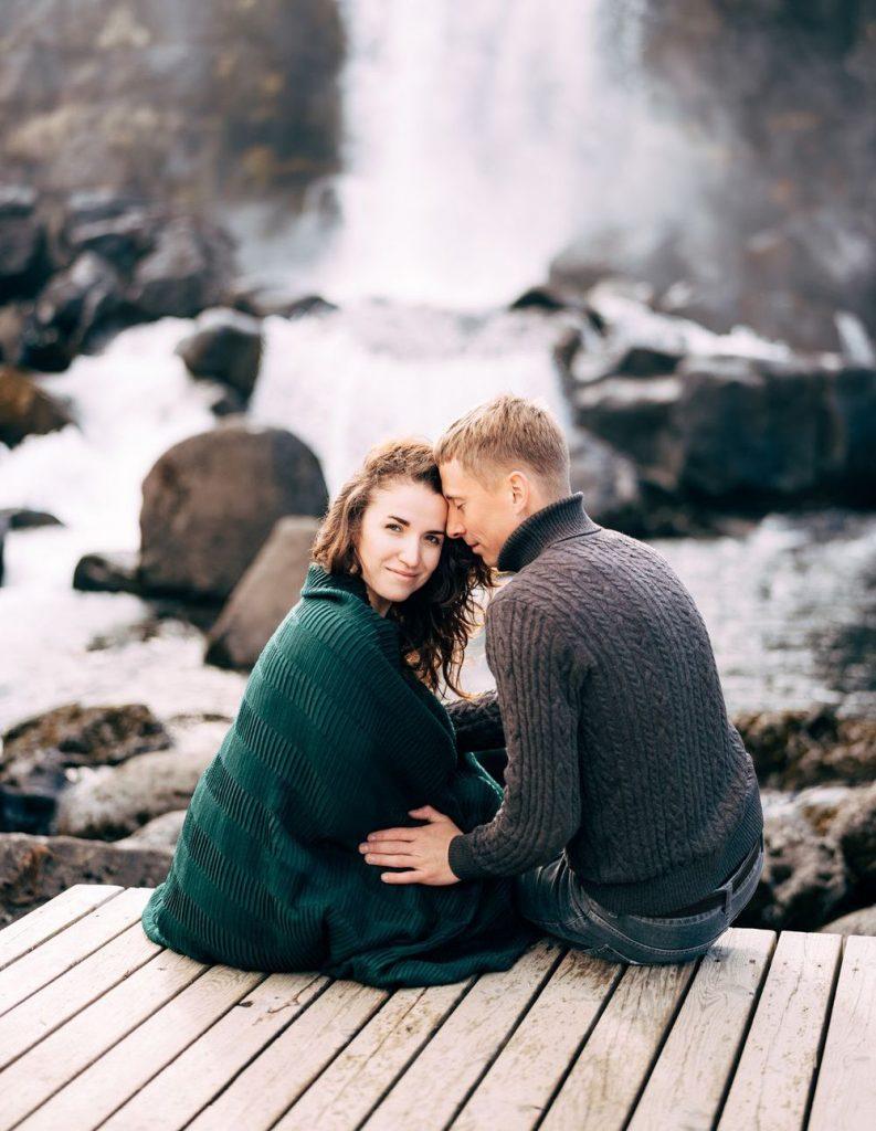 пара на тлі водоспаду