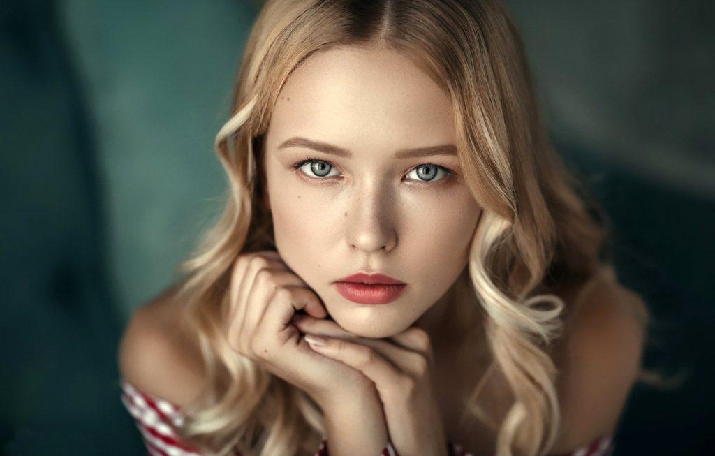 портрет дівчини крупним планом