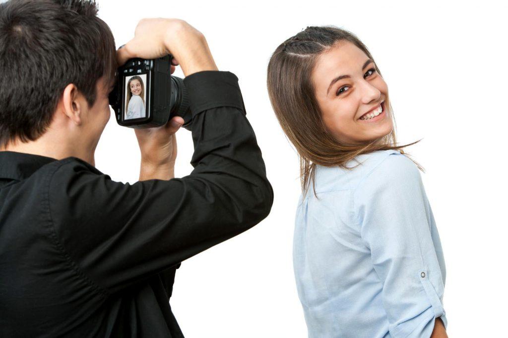 дівчина дивиться через плече