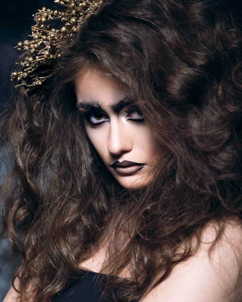Образ лісової відьми: заплутане волосся, золотисті гілочки в зачісці, «розпатлані» широкі брови і чорні акценти на очах і губах