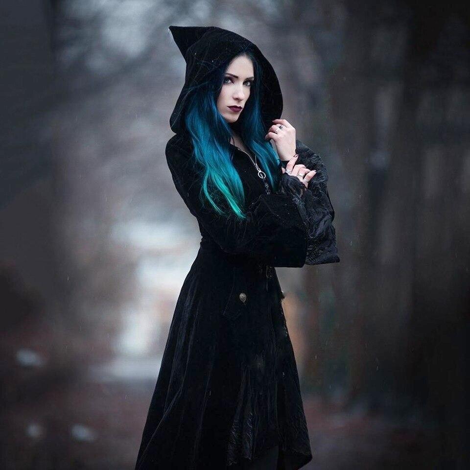 відьма у темному одязі