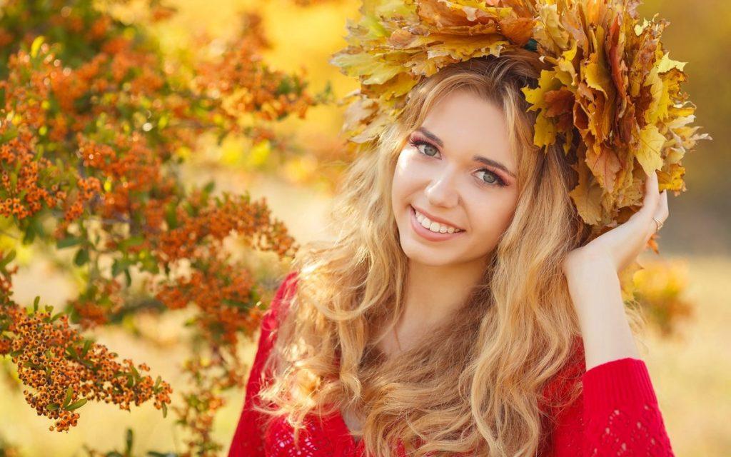 дівчина у вінку з листя