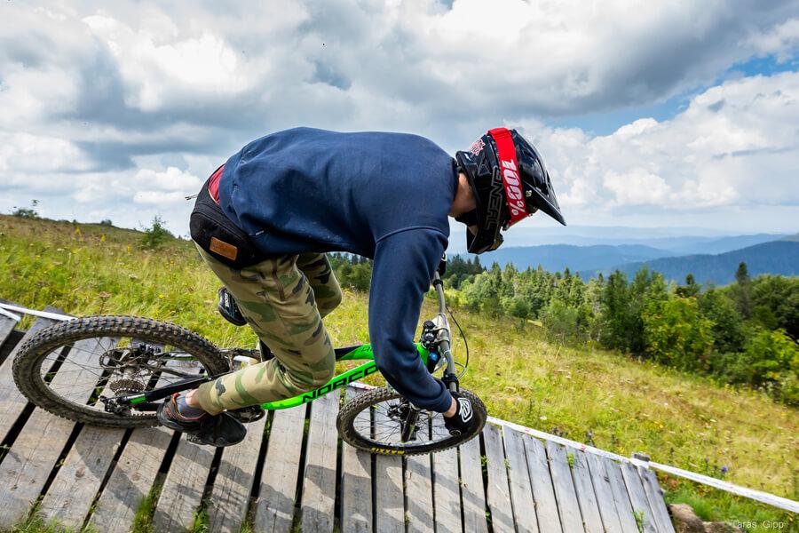 Даунхилл на велосипеді з гори Високий Верх, Славське
