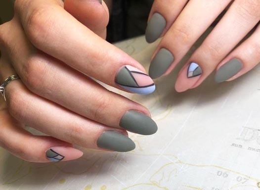 Цветная треугольная лунка с геометрическим рисунком внутри на нескольких ногтях