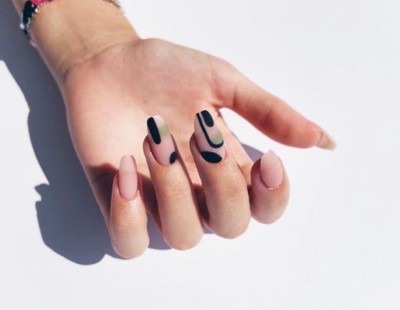 Абстрактный рисунок на ногтях, полумесяц не по центру, а сбоку лунки