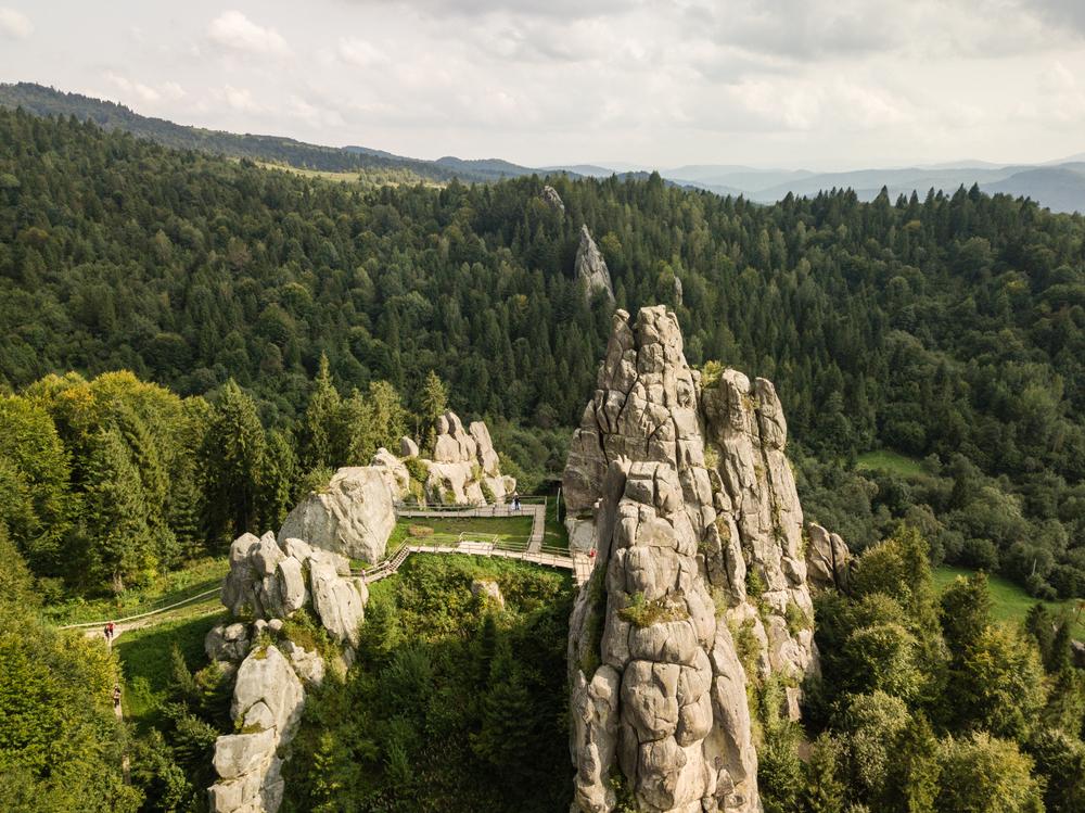 В околицях Трускавця можна подивитися залишки скельного замку Тустань
