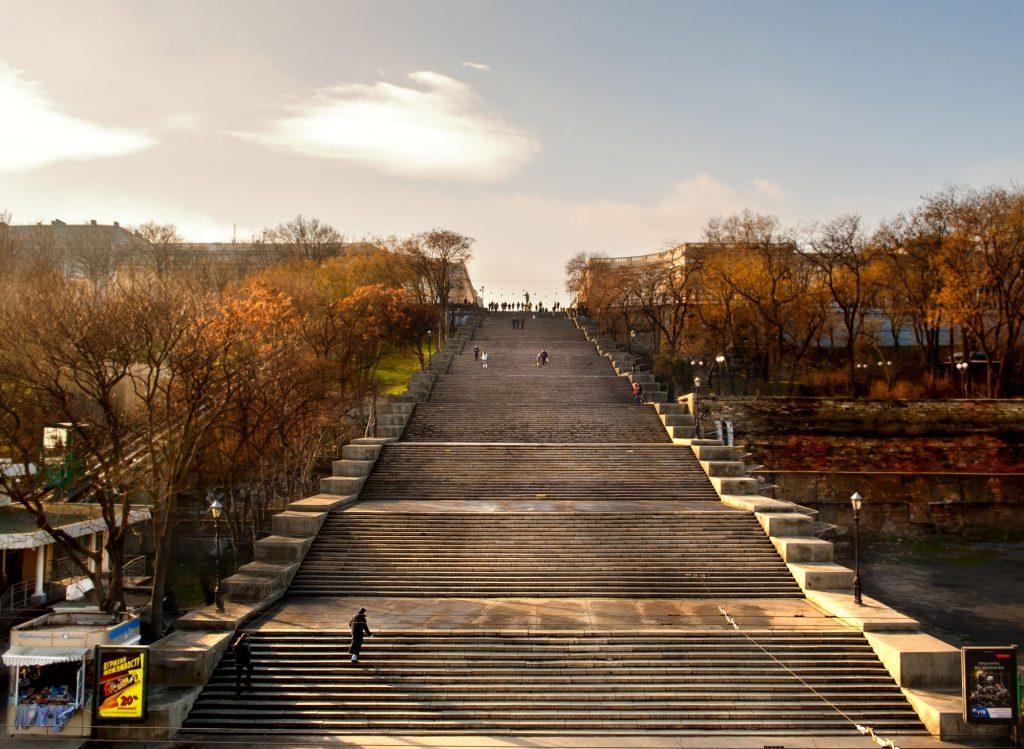 Потьомкінські сходи-бульвар і пам'ятник Дюку (герцогу) де Рішельє. З верхніх щаблів відкривається мальовничий панорамний вид на порт, залив та гавань.