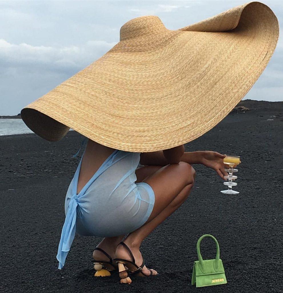 До речі, широкополі солом'яні капелюхи – модний світовий тренд сезону 2020-2021