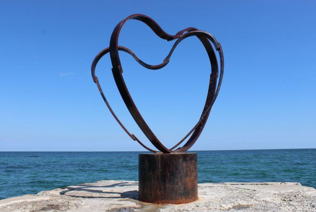 На пірсі в районі 13 станції Великого фонтану два переплетених серця, на яких на 20 мовах вигравірувані слова«світ» і «любов».