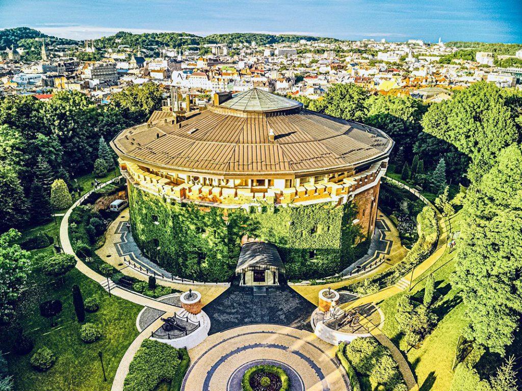 В одній з веж пам'ятки міста – Львівській цитаделі – розташований готель «Citadel Inn»
