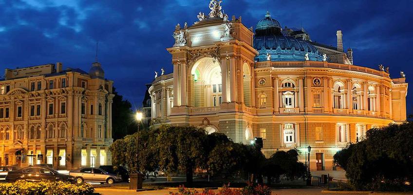«Одеський національний академічний театр Опери та Балету» вважається найкрасивішим театром в Європі і має досконалу акустику – навіть шепіт буде чути на останніх рядах.