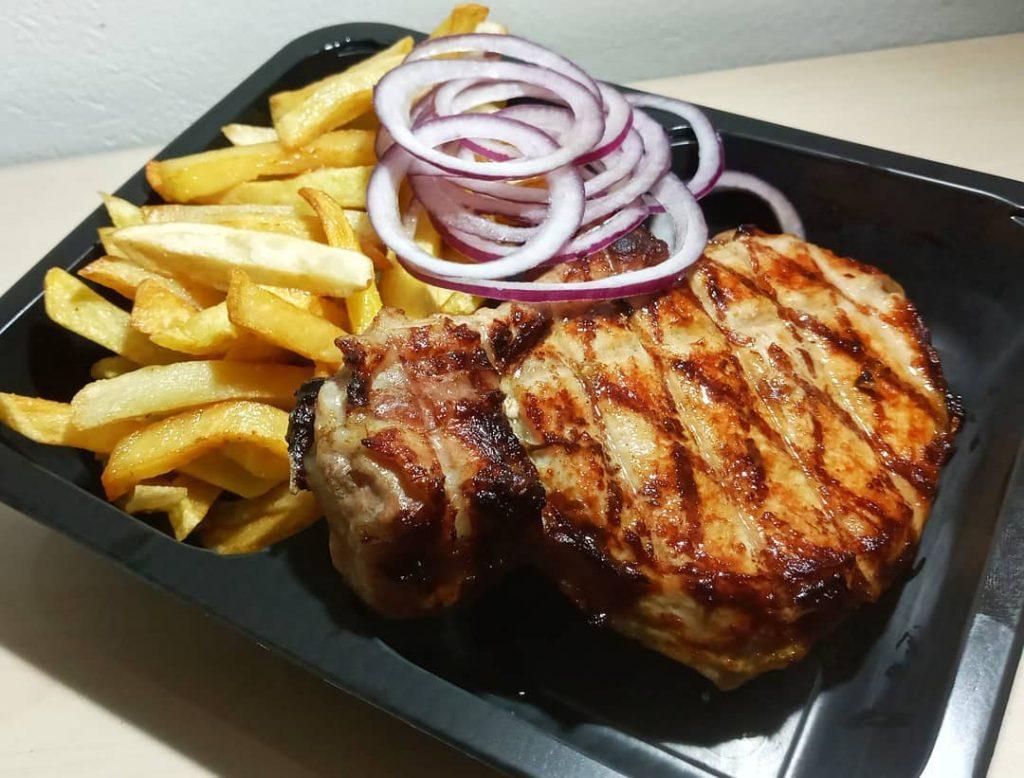 Соковите м'ясо з мангала і картопелька фрі – апетитне поєднання!