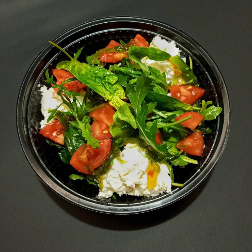 Салат з томатами і сиром буррата від сервісу доставки їжі «Папа у м'ясо»