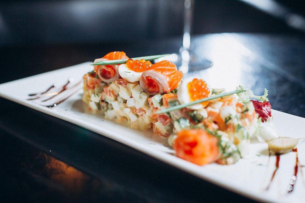 Фірмовий салат Олів'є з лососем і червоною ікрою