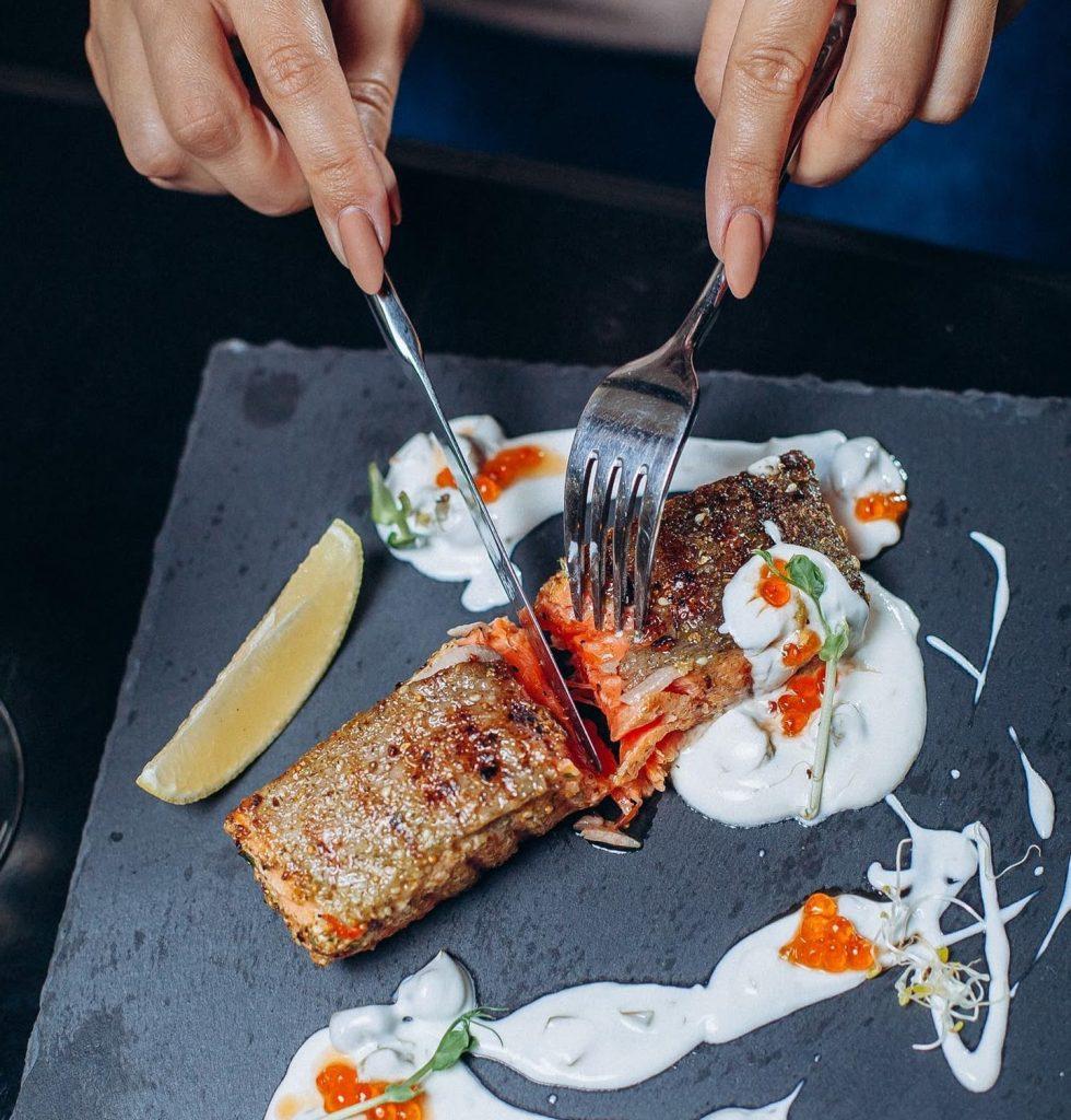 Соковитий стейк з лосося  – найпопулярніша страва в меню «Sailor`s Bay»