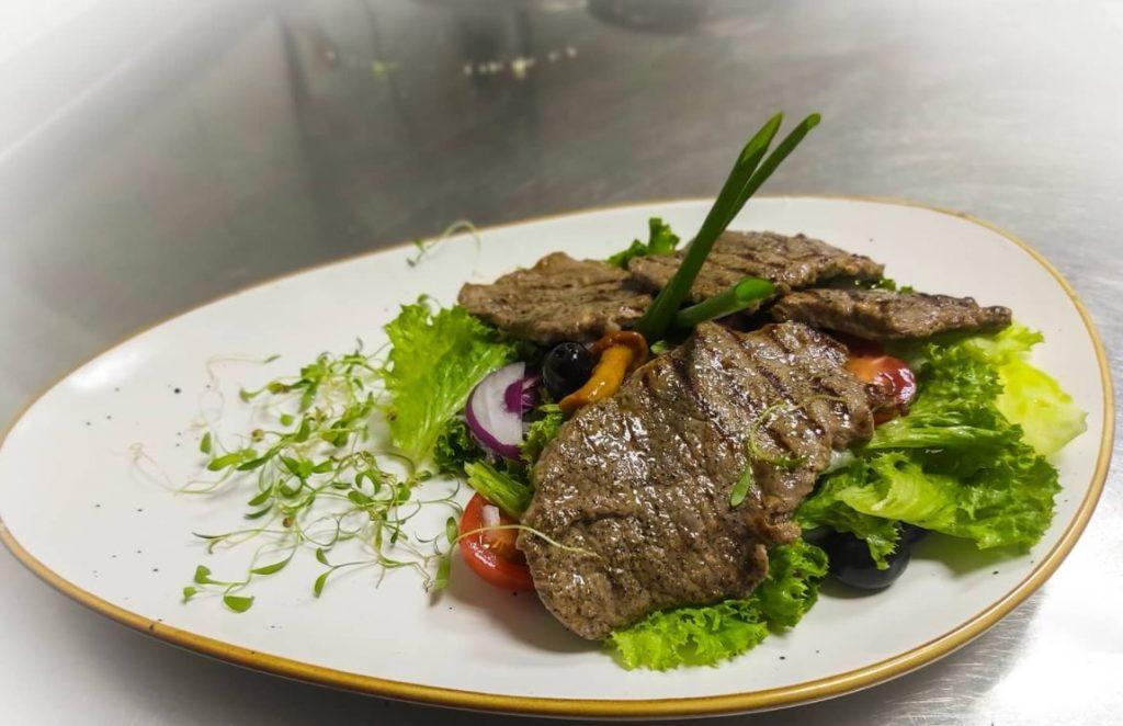 Меню ресторану «Sailor`s Bay»: салат з телятиною