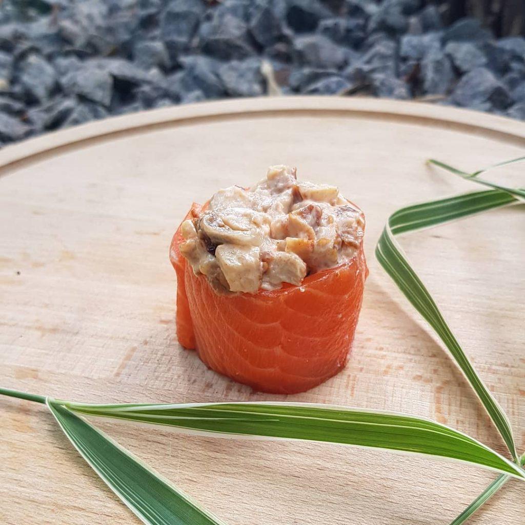 Спайси  – рис, обгорнутий нори або скибочкою риби, з топом з шматочків лосося, ікри або тунця