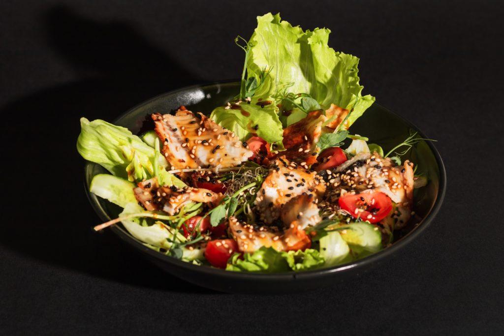 Салат з копченим вугром від «Сушіїдов»