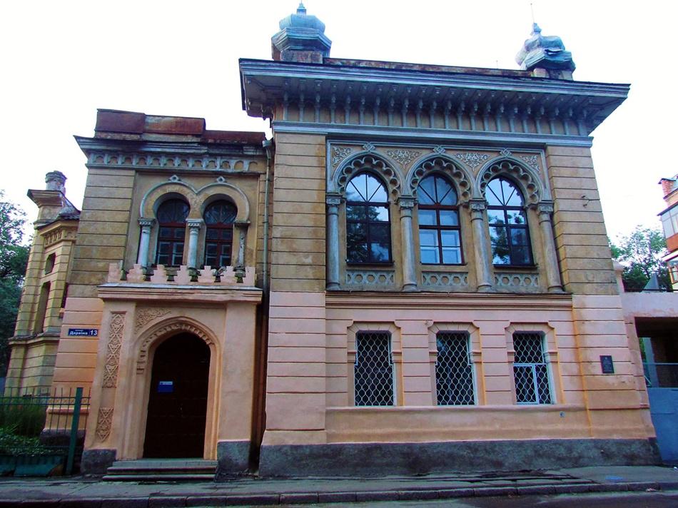 Особняк профессора Дмитрия Алчевского по улице Дарвина,13 отличается своеобразным восточным стилем