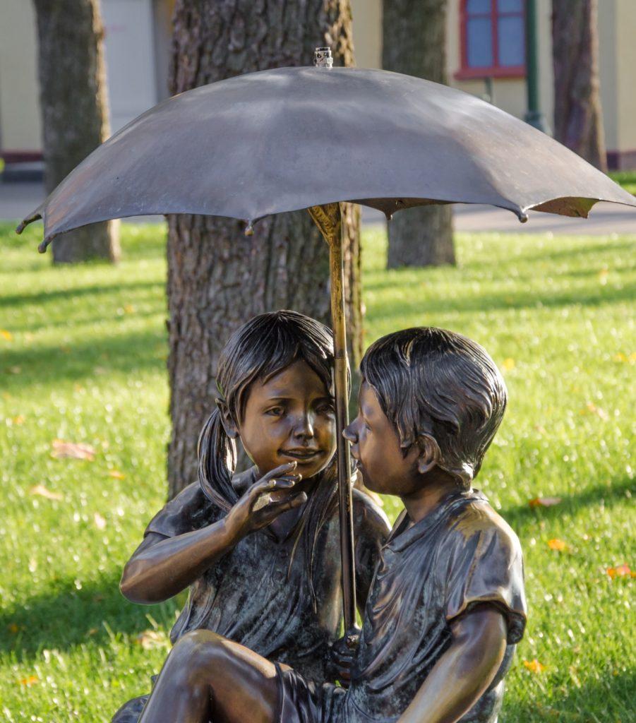 Скульптуры детей в парке Горького