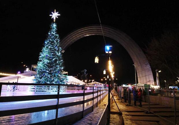 Ковзанка біля Арки Дружби народів у центрі Києва