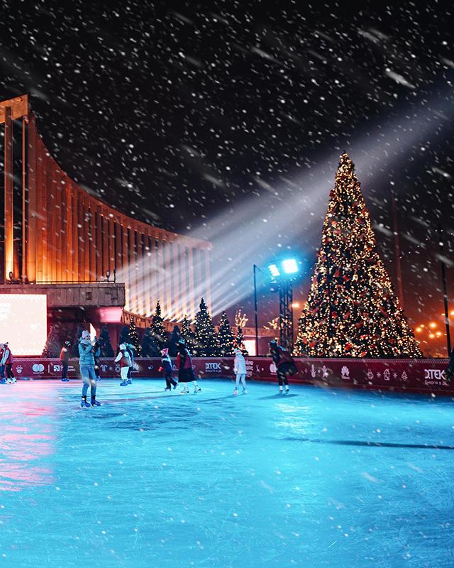 Каток під відкритим небом біля Палацу «Україна», Київ