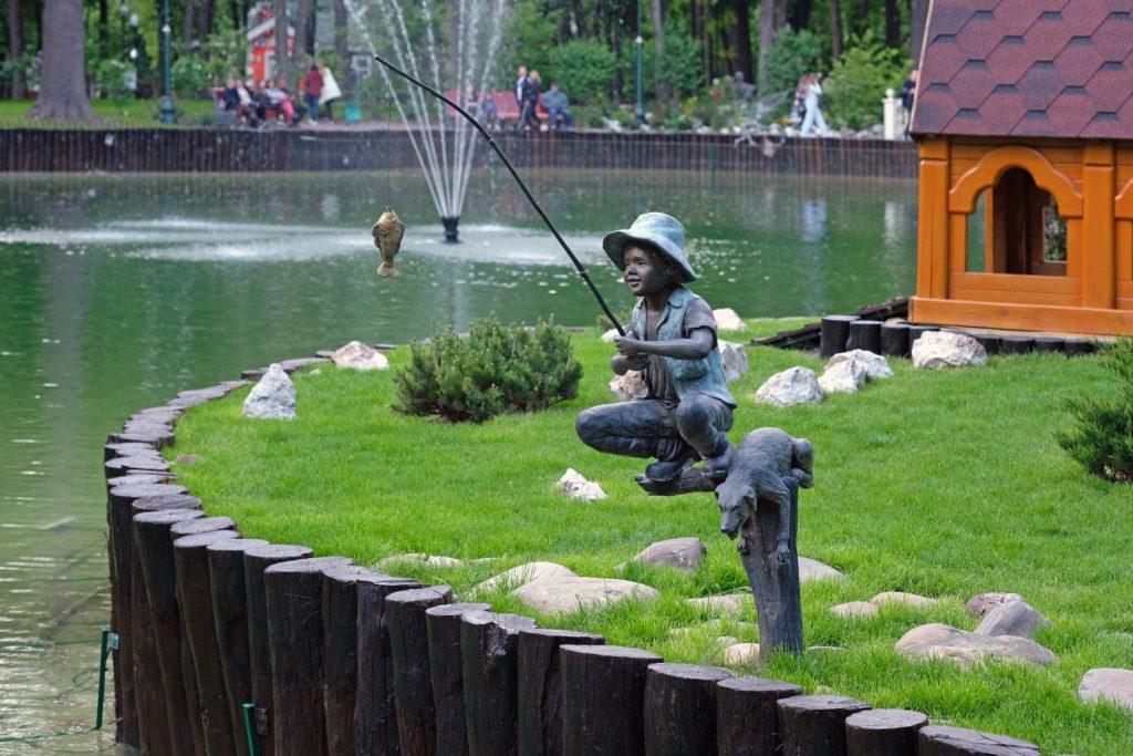 Скульптура маленького рыбака