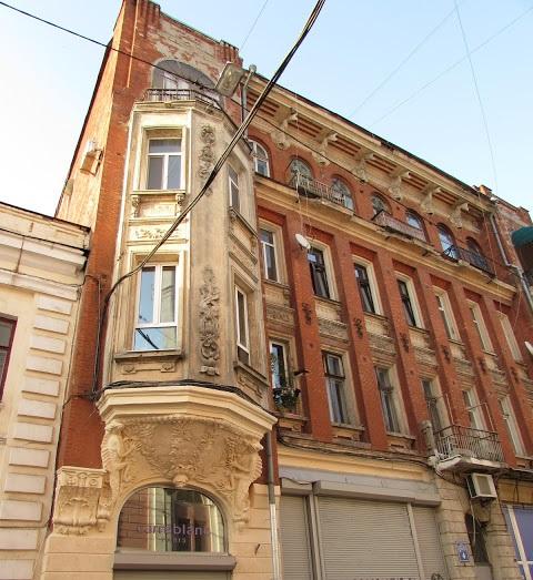 «Дом с рыбками», или дом «Золотая рыбка» в переулке Грабовского,4  построил в начале ХХ в. архитектор А. Гинзбург