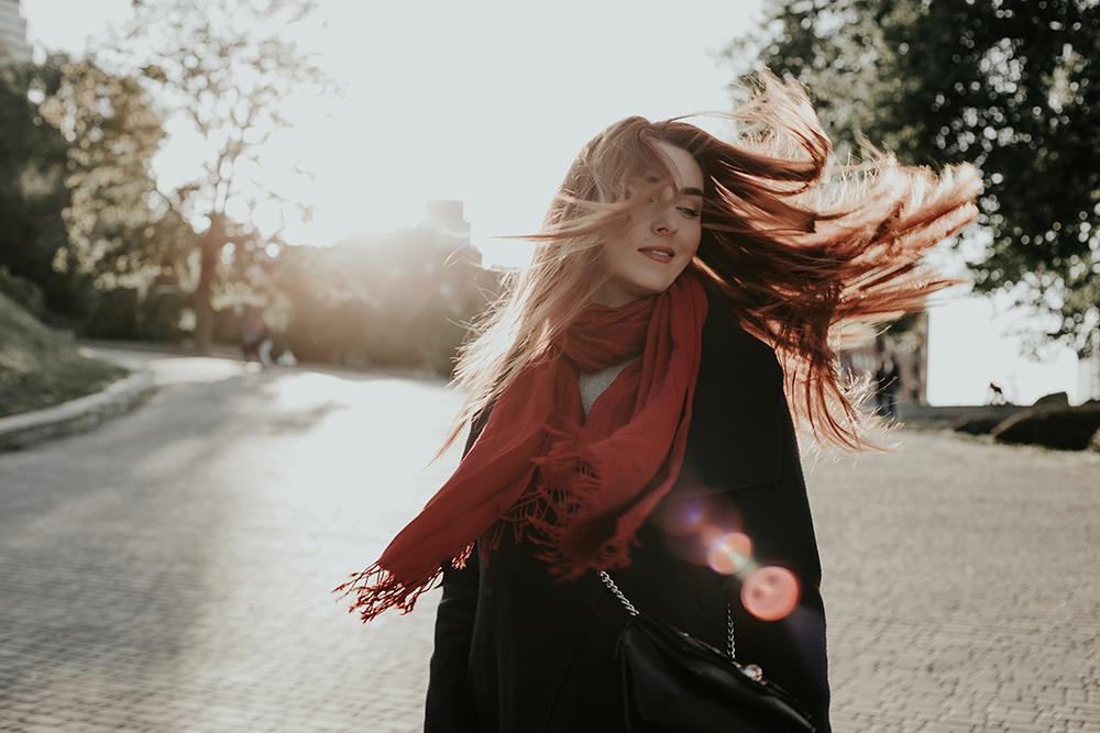 Гарна хустка або шаль — відмінний весняний подарунок жінкам