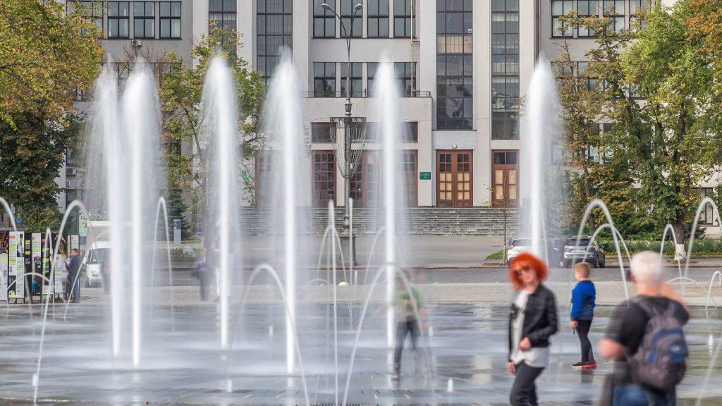 Сухой фонтан на площади Свободы, у здания Госпрома