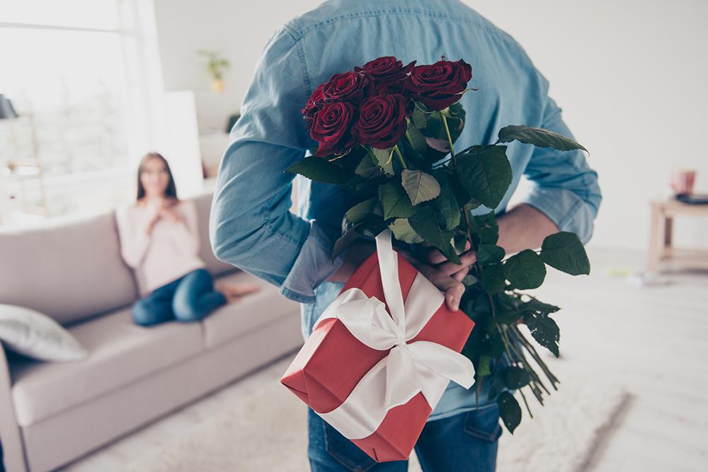 В глибині душі жінкам приємно отримувати в подарунок живі квіти, навіть якщо вони це заперечують ?