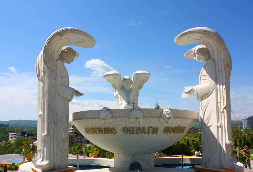 Статуя біля церкви Пресвятої Богородиці